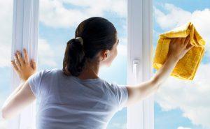 Những lưu ý để vệ sinh kính nội thất thật sạch
